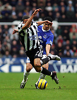 Fotball<br /> Premier League 2004/05<br /> Newcastle v Everton<br /> 28. november 2004<br /> Foto: Digitalsport<br /> NORWAY ONLY<br /> Newcastle's Jermaine Jenas (L) is brought down by Everton's Tim Cahill (R)
