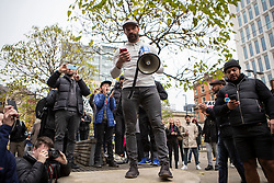 © Licensed to London News Pictures. 08/11/2020. Manchester, UK. Organizer Paul Boys gives a speech as thousands attend anti-lockdown protest in Manchester. Photo credit: Kerry Elsworth/LNP