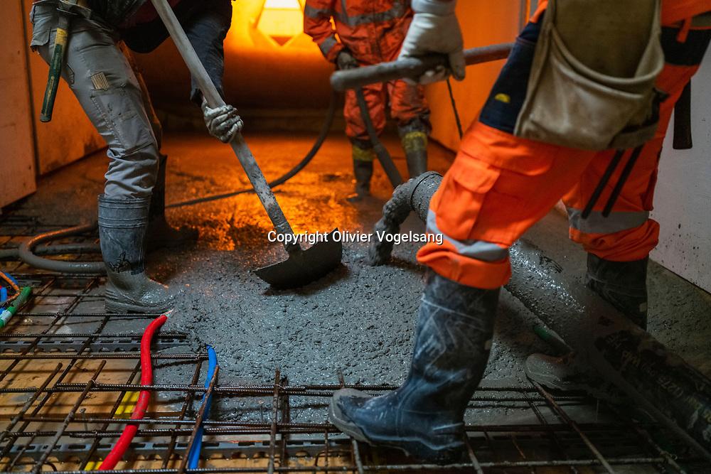 Lausanne, 09 juin 2020. Elise, Jeune stagiaire maçonne sur un chantier proche du parc Valency à Lausanne. Reportage avec elle. Bétonnage de sol, préparatif, vie de chantier. © Olivier Vogelsang