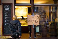 DEU, Deutschland, Germany, Berlin, 18.03.2020: Eine noch geöffnete Eisdiele in Berlin-Friedrichshain weist die Kunden darauf hin, einen Mindestabstand von 1,5 m zueinader einzuhalten und max. zu Dritt im Laden zu sein. Auswirkungen der Pandemie, Coronavirus (Covid-19), Corona auf das öffentliche Leben in Berlin. Bis auf wenige Ausnahmen müssen die meisten Geschäfte ab heute schließen.