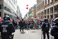 """DEU, Deutschland, Germany, Berlin, 29.08.2020: Demonstration von Gegnern der Corona-Maßnahmen. Hier an der Friedrichstrasse Ecke Behrenstrasse hatte die Polizei den Zugang zur Demo abgesperrt. Es kam zu einem kurzzeitigen Durchbruch der Absperrungen. Kaum jemand hielt sich an die Auflagen, Mund-Nase-Bedeckung trug fast niemand, Abstandsregeln wurden nicht eingehalten. Die Initiative """"Querdenken"""" hatte zu den Protesten gegen die Corona-Maßnahmen der Regierung aufgerufen."""