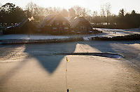 LOCHEM - Clubhuis met de bevroren green van hole 18. Lochemse golfclub de Graafschap in de winter. COPYRIGHT KOEN SUYK