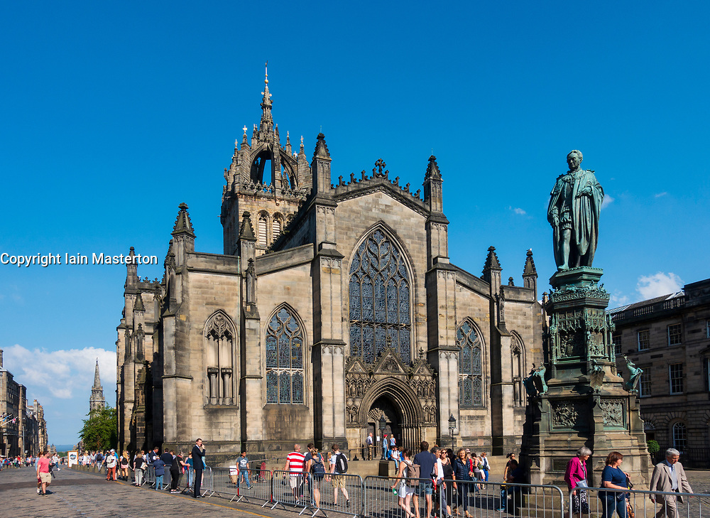 View of St Giles Cathedral and Royal Mile in Old Town of Edinburgh, Scotland, UK