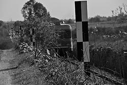 pannelli di segnalazione lugo la strada ferrata. Reportage che racconta le situazioni che si incontrano durante il viaggio lungo le linee delle ferrovie Sud EST.