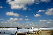 Spanje, Sanlucar la Mayor, 7-5-2010De Solnova zonnecentrale in Sanlucar la Mayor in Spanje.  Op het terrein staan drie soorten installaties die elektriciteit via de zon opwekken. De torens ontvangen via spiegels zonlicht die wordt omgezet in warm water in de ontvanger bovenin de toren. Er is een systeem dat gebruik maakt van zonnecellen, extra verlicht door spiegels die er vlak boven en onder aan vast zitten. Het derde systeem is met parabolische spiegels waarvoor een buis gevuld met water of een speciale olie loopt. Deze wordt heet en die warmte gebruikt met om stoom voor de generator te maken.The PS20 solar tower plant site at Sanlucar la Mayor in  Spain. The largest commercial solar tower in the world which produces clean, reliable and sustainable thermoelectric power from the sun, built by the Spanish company Solucar, Abengoa, can provide electricity for up to 6,000 homes. Abengoa plans to build a total of 9 solar towers over the next 7 years to provide electricity for an estimated 180,000 homes.Foto: Flip Franssen/Hollandse Hoogte