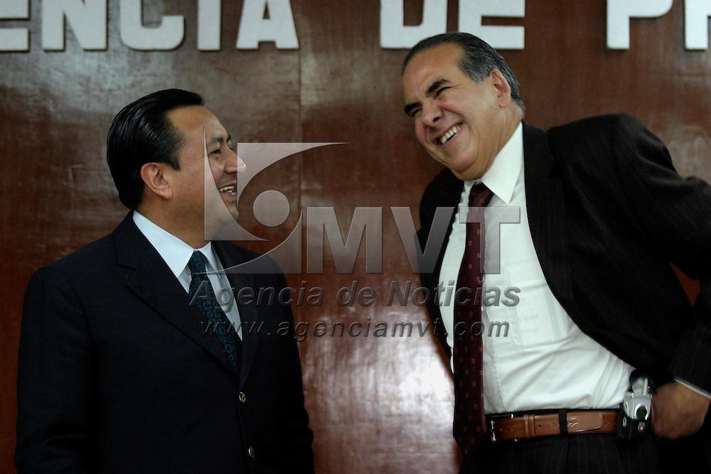 Toluca, Méx.- Los aspirantes a la candidatura del PRI a la gubernatura del estado de Mexico Jaime Vazquez Castillo y Hector Luna de la Vega conversan antes de una conferencia de prensa. Agencia MVT / Mario Vazquez de la Torre. (DIGITAL)<br /> <br /> NO ARCHIVAR - NO ARCHIVE