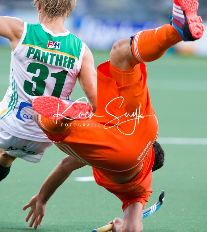 DEN HAAG - Valentin Verga gaat neer tegen Clinton Panther tijdens de wedstrijd tussen de mannen van Nederland en Zuid Afrika in het WK hockey 2014.  ANP KOEN SUYK