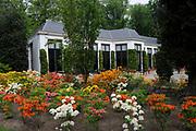 Appeltjes van Soestdijk<br /> <br /> Deze zomer staan de paleistuinen van Paleis Soestdijk volledig in het teken van de Appeltjes van Soestdijk. De kleurrijke collectie van maar liefst 50 beschilderde appels is vanaf 30 april te zien en voert u door de prachtige tuinen. De appels hebben een doorsnee van maar liefst een meter. De kunstenaars hebben zich laten inspireren door o.a. Koninklijke familieportretten, paleizen, landschappen, geschiedenis en toekomst van ons vorstenhuis. <br /> <br /> Apples of Soestdijk<br /> <br /> This summer, the palace gardens of Soestdijk are completely dominated by the Apples of Soestdijk. The colorful collection of no less than 50 painted apples can be seen from April 30 and run through the beautiful gardens. The apples have a diameter of no less than one meter. The artists were inspired by ao royal family portraits, palaces, landscapes, history and future of our dynasty.<br /> <br /> Op de foto / On the photo: Orangerie