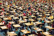 Nederland, Nijmegen, 15-3-2006....In Nijmegen, Maastricht, Leiden en Groningen deden zo'n 6000 studenten geneeskunde vandaag massaal een voortgangstoets. Alle jaargangen deden mee en per jaargang moest men een bepaalde score halen.....Hiermee wordt gekeken hoe hoog het kennisniveau is van de verschillende jaargangen studenten, bij dezelfde vragen. Medicijnen studeren, tentamen, test, examen in sporthal, universitair onderwijs, universiteit, faculteit, artsen, huisartsen, medisch specialisten in opleiding.....Foto: Flip Franssen/Hollandse Hoogte