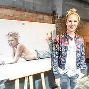 NLD/Amsterdam//20170413 - Presentatie Wendy Geeft met oa Kim Feenstra , Kimberly Klaver bij haar portret