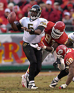 Jacksonville Jaguars quarterback Quinn Gray (5) is pressured in the pocket by Kansas City defenders Tamba Hali (91) and James Reed (92) in the second half at Arrowhead Stadium in Kansas City, Missouri, December 31, 2006.  The Chiefs beat the Jaguars 35-30.<br />
