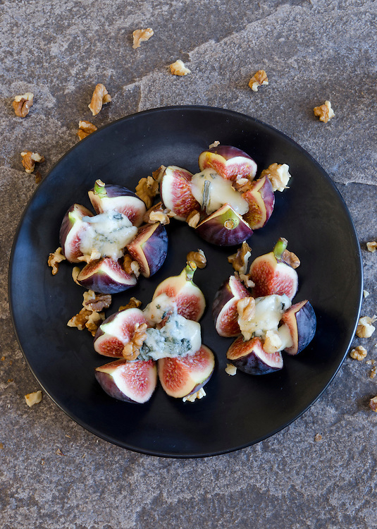 Grilled figs with Dolcelatte and walnuts