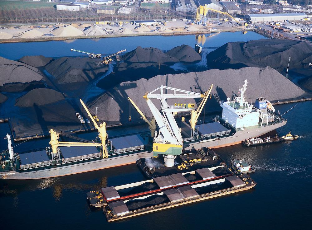 Nederland, Zeeuwsch-Vlaanderen, Terneuzen, 15/11/2001;  overslag van kolen naar lichters (duwbakken) in de haven van Terneuzen, gelegen aan Kanaal Terneuzen-Gent (zie ook detailfoto); van zeeschip naar binnenvaart; kustvaart scheepvaart havenkraan steenkool erts<br /> luchtfoto (toeslag), aerial photo (additional fee)<br /> photo/foto Siebe Swart