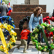 NLD/Amsterdam/20140504 - Dodenherdenking 2014 Olympisch Stadion, Barbara Barend en zoon Sebastiaan tussen de kransen