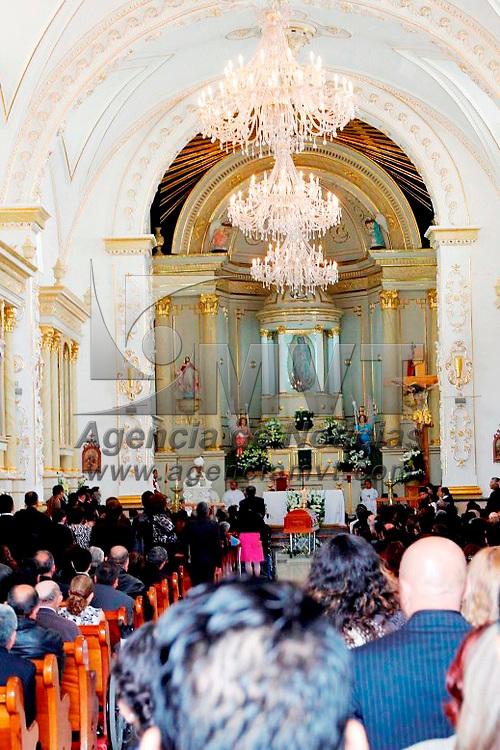 Atlacomulco, Mex.- La familia Montiel acompaño al señor Gregorio Montiel Monroy a su última morada en el lugar donde nació, Atlacomulco, se realizo una ceremonia religiosa de cuerpo presente y después sus restos fueron depositados en el panteón de la localidad. Agencia MVT / José Hernández.