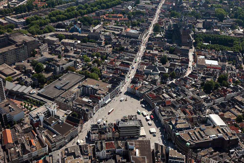 Nederland, Noord-Brabant, Den Bosch, 08-07-2010; plein in het centrum van de binnenstad, De Markt, met Hinthammerstraat..Square in the center of downtown, The Market..luchtfoto (toeslag), aerial photo (additional fee required).foto/photo Siebe Swart