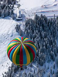 05.02.2018, Zell am See - Kaprun, AUT, BalloonAlps, im Bild ein Heissluftballon bei seiner Fahrt über den Alpen von oben fotografiert // a hot air balloon on his ride over the Alps during the International Balloonalps Week, Zell am See Kaprun, Austria on 2018/02/05. EXPA Pictures © 2018, PhotoCredit: EXPA/ JFK
