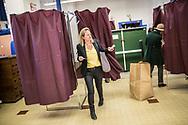 23042017. Paris. 11ème arrondissement. Bureau de vote. Ecole élémentaire rue Titon. Marianna, militante en marche macroniste, est assesseure et vote.