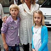 NLD/Utrecht/20100607 - Presentatie tijdschrift Helden nr.5, Annemarie van der Sar - van Kesteren met kinderen Joe en Lynn