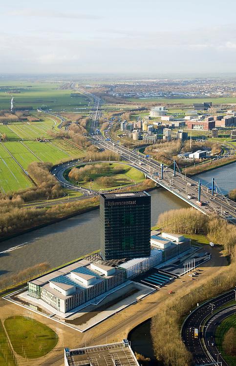 Nederland, Utrecht, Utrecht, 25-11-2008; Westraven, het gerenoveerde hoofdkantoor van Rijkswaterstaat, gelegen aan het Amsterdam-Rijnkanaal, naar ontwerp van architectenbureau Cepezedin de voorgrond het transferium Westraven, aan de andere kant van het kanaal Papendorp (kantorenpark) en knooppunt Oudenrijn.in het kantoorgebouw zijn gevestigd de Bouwdienst (ingenieursbureau), de Regionale Dienst Utrecht (Dienstkring) en het LEF future center (studiecentrum, informatiecentrum)Westraven, the renovated headquarters of Rijkswaterstaat, located on the Amsterdam-Rhine Canal, architectural design of CEPEZED.in the foreground Transferium Westraven, on the other side of the channel Papendorp (office park).the office building are located the Building Service (Engineering Deaprtment), the Regional Service Utrecht and the LEF future center (study center, information center).kantoortoren, kantorencomplex, office tower, office complexjunction Ouden Rijn. ;. .luchtfoto (toeslag)aerial photo (additional fee required).foto Siebe Swart / photo Siebe Swart