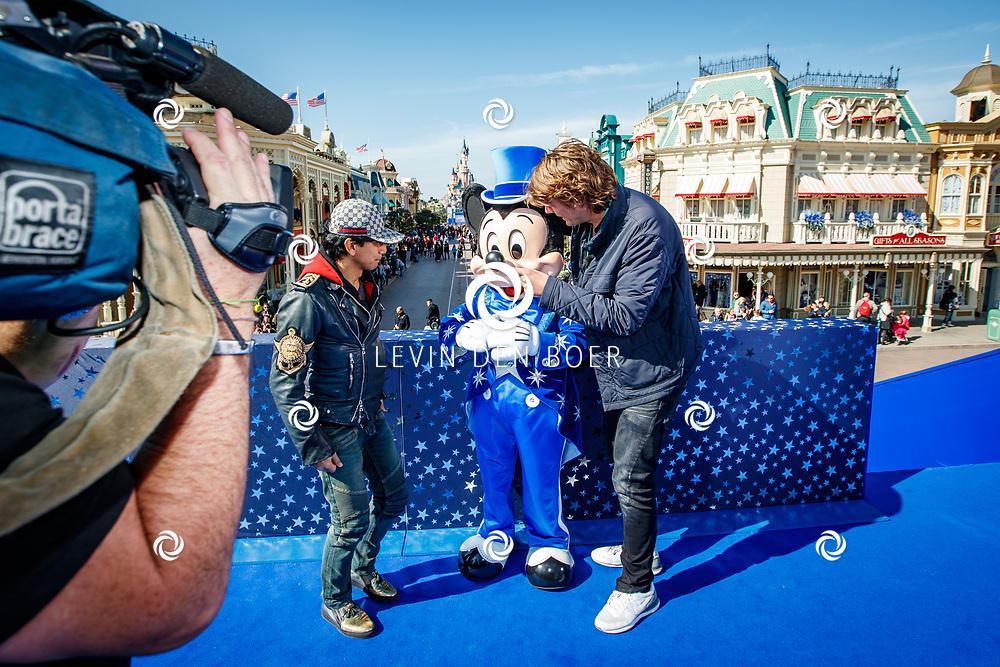 PARIJS - Disneyland Parijs stond in het teken van het 25-jarig bestaan. Met hier op de foto Wibi Soerjadi en Frank Dane met Mickey Mouse. FOTO LEVIN EN PAULA PHOTOGRAPHY