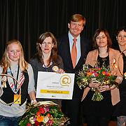 """NLD/Hilversum/20110208 - Prins Willem Alexander aanwezig bij de Gouden Apenstaarten 2011, Z.K.H. Prins Willem Alexander met de makers van """"Het Klokhuis"""" en de maker en winnaar van website Habbolive.nl Kimberly Nijzink"""