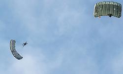 21.03.2017, Flugplatz, Zell am See, AUT, Bundesheer Übung, im Bild Soldaten des Österreichischen Bundesheeres bei einem Fallschrimsprung aus einem Black Hawk Hubschrauber // Soldiers of the Austrian Armed Forces during practice Skydiving Jumps from a Black Hawk Helicopter at the Airport, Zell am See, Austria on 2017/03/21. EXPA Pictures © 2017, PhotoCredit: EXPA/ JFK