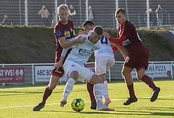 Teddy Bergqvist (FC Helsingør) med Gustav Kjeldsen (Skive IK) i ryggen under kampen i 1. Division mellem FC Helsingør og Skive IK den 18. oktober 2020 på Helsingør Stadion (Foto: Claus Birch).