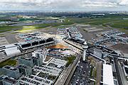 Nederland, Noord-Holland, Schiphol, 28-04-2017; Schiphol Plaza en Stationsgebouw en verkeerstoren met vluchtleiding omgeven door hotels en diverse kantoorgebouwen geexploiteerd door Schiphol vastgoed (Schiphol Real Estate). Aan de gates geparkeerde vliegtuigen van onder andere KLM. Schiphol Airport. <br /> Terminal building and control tower surrounded by hotels and office buildings operated by Schiphol Real Estate (SRE). <br /> luchtfoto (toeslag op standaard tarieven);<br /> aerial photo (additional fee required);<br /> copyright foto/photo Siebe Swart