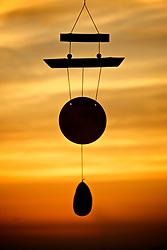 Sino dos ventos pendurado ao ar livre visto no por do sol. FOTO: Jefferson Bernardes / Preview.com