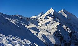 THEMENBILD - Blick auf den Großglockner (Mitte) auf der Grossglockner Hochalpenstrasse. Sie verbindet die beiden Bundeslaender Salzburg und Kaernten mit einer Laenge von 48 Kilometer und ist als Erlebnisstrasse vorrangig von touristischer Bedeutung, aufgenommen am 26. Oktober 2015, Bruck a.d. Glocknerstrasse, Oesterreich // View of the highest Austrian Mountain the Grossglockner (middle). The Grossglockner High Alpine Road connects the two provinces of Salzburg and Carinthia with a length of 48 km and is as an adventure road priority of tourist interest at Bruck a.d. Glocknerstrasse, Austria on 2015/10/26. EXPA Pictures © 2015, PhotoCredit: EXPA/ JFK