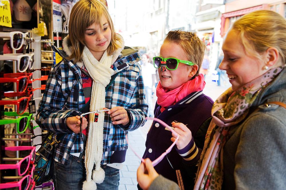 Nederland, Amsterdam, 21 okt 2010.Meisjes van 15 jaar winkelen in de stad, bekijken hippe zonnebrillen..Foto (c)  Michiel Wijnbergh..Commercieel gebruik mogelijk na overleg. Adressen van de meisje bekend bij fotograaf.