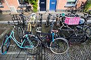 In een Utrechtse wijk zijn de fietsenrekken voor de woningen overvol. Tussen de fietsen staat een swapfiets, een nieuw huurconcept. De swapfiets is te huur voor een klein bedrag per maand, bij een defect wordt de fiets binnen 12 uur gerepareerd of omgeruild voor een andere. In tegenstelling tot andere huurfietsen deel je de fiets niet met meerdere gebruikers. De fietsen zijn te herkennen aan de blauwe voorband.<br /> <br /> In Utrecht a bicycle rack is over packed.