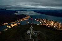 Narvikhalvøya fra lufta i skumring. Obs: Høy ISO, lavt detaljnivå.