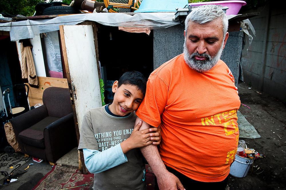 archief/illustatie<br /> Jongen met grootvader, kamp in Bobigny, Groot Parijs.<br /> 18/05/2010