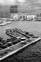Banchina del porto di Gallipoli con sullo sfondo gli edifici