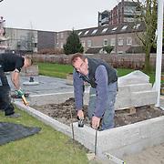 NLD/Huizen/20110406 - Rob Verlinden tijdens opname Rob's grote tuinverbouwing in Huizen