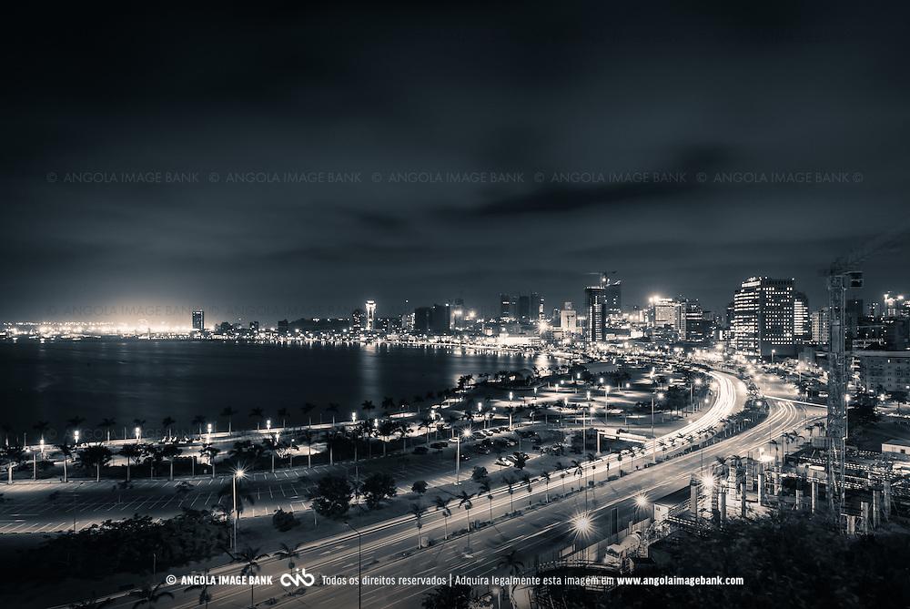 A Baía de Luanda e a Marginal (Av. 4 de Fevereiro) de noite vista da Fortaleza São Miguel, Museu das Forças Armadas. Angola 2014