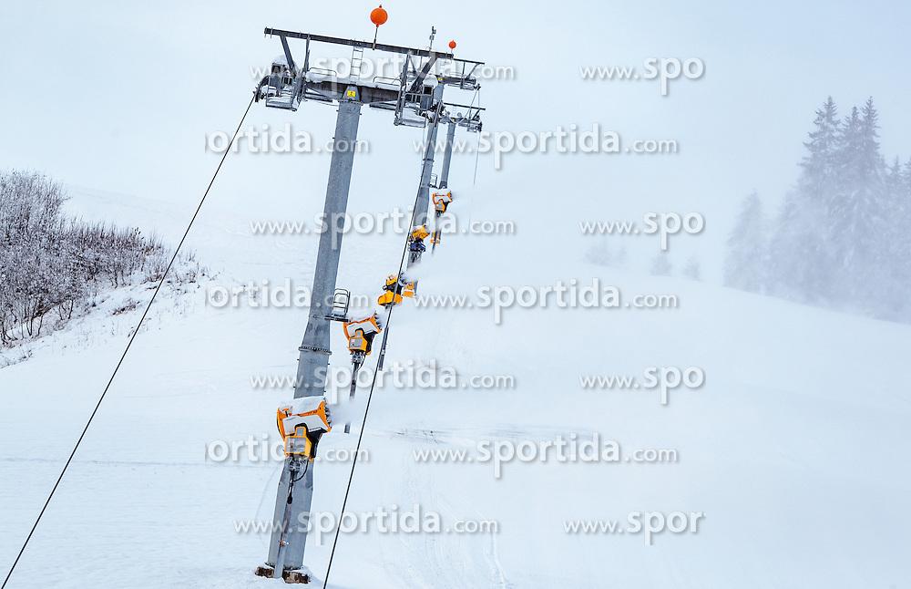 09.11.2016, Hinterglemm, AUT, Skicircus Saalbach Hinterglemm Leogang Fieberbrunn, im Bild Liftstützen und Schneekanonen. Etwa 1000 Schneeerzeuger (750 Schneekanonen und 250 Schneelanzen) kommen dabei im grössten Skigebiet Österreichs zum Einsatz // chair lift pilons and Snow making machines stand on a slope. Around 1,000 Snow making machines (750 snow cannons and 250 snow lances) in the largest ski Ressort in Austria are used to make white slopes, Hinterglemm, Austria on 2016/11/09. EXPA Pictures © 2016, PhotoCredit: EXPA/ JFK