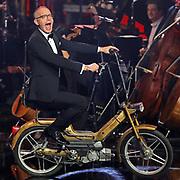 Moderator Christoph Süß Betritt die Bühne mit dem Mofa. Verleihung des 41. Bayerischen Filmpreises 2019 am 17.01.2020 im Prinzregententheater München.