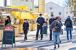 THEMENBILD - In Österreich gelten aufgrund der Covid-19-Pandemie Ausgangsbeschränkungen, Betretungsverbote und andere Regelungen, die in das Alltagsleben eingreifen. Hier im Bild Polizisten am Stadtmarkt Lienz am Samstag 11. April 2019 // In Austria, due to the Covid 19 pandemic, exit restrictions, entry bans and other regulations that affect everyday life apply. Here in the picture: Pololice at the city market. Lienz on Saturday April 11, 2019. EXPA Pictures © 2020, PhotoCredit: EXPA/ Johann Groder