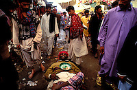 Pakistan - La fête des soufis - Province du Sind - Sehwan e Sharif - Tombe du saint soufi Lal Shabaz Qalandar - Fête de l'aniversaire de sa mort (Urs) - Mendiant dans une ruelle de la petite ville // Pakistan, Sind province, Sehwan e Sharif, Sufi saint Lal Shabaz Qalandar shrine, annual Urs festival