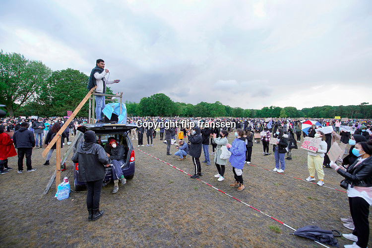 Nederland, Nijmegen, 5-6-2020   Evenals in Amsterdam en Rotterdam ook een betoging in Nijmegen tegen politiegeweld en anti-racisme, black lives matter . Op de goffertwei stonden tegen de 1000 mensen op anderhalve meter afstand vanwege de coronamaatregelen te demonstreren tegen geweld tegen zwarte of gekleurde mensen . De demonstraties worden georganiseerd mede uit solidariteit met de zwarten in de VS, amerika waar onlangs George Floyd werd vermoorde door een politieman . Foto: Flip Franssen