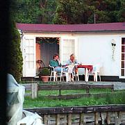 NLD/Loosdrecht/19940511 - Manuela Kemp en partner Jeroen Pauw op terras van hun karavan in Loosdrecht