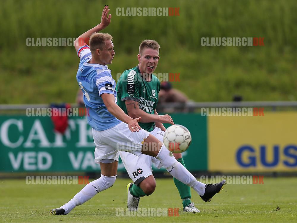FODBOLD: Bobby Alm Nilsson (FC Helsingør, #4) prøver at stoppe Morten Nielsen (Avarta, #11) under kampen i 2. Division Øst mellem Avarta og FC Helsingør den 29. maj 2014 i Espelunden. Foto: Claus Birch