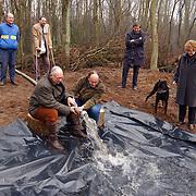 Vullen met water van de nieuwe paddenpoel Naarderstraat Huizen door wethouder Kolk