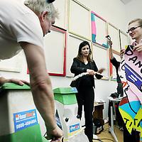 Nederland, Amsterdam , 1 april 2011..24-uurs iPad-performance van Kamagurka .Het hoofdevenement van Move It! is een 24 uur durende performance van Kamagurka, die daarmee fysiek uiting geeft aan het thema van de avond. Donderdag 31 maart begint hij om 12 uur op een iPad te werken, in een naast het auditorium gelegen ruimte die dienst doet als atelier. De werken worden direct afgedrukt, opgespannen en opgehangen in dezelfde zaal, zodat het publiek getuige kan zijn van een gestaag groeiende tentoonstelling. Vrijdag 1 april vlak voor 12 uur zal Kamagurka de gemaakte prints publiekelijk vernietigen met een grote tuinshredder. De volgende dag publiceert NRC een groot deel van de werken in een speciale bijlage, als vergankelijk overblijfsel van de performance. De snippers worden vervolgens verbrand in de tuin van het Nationaal Glasmuseum in Leerdam en verdeeld over acht door Kamagurka ontworpen urnen die vanaf 16 april onderdeel zijn van het kunstproject Het Transparante Lichaam. Zo krijgt het werk steeds in andere vorm een nieuw leven. .Multitalent Kamagurka (artiestennaam van Luc Zeebroek, geboren 1956) is bekend van zijn cartoons voor vele (inter)nationale media, waaronder NRC, Vrij Nederland, HP/De Tijd en HUMO, zijn radio- en tv-programma's, toneelstukken en stripboeken..Foto:Jean-Pierre Jans