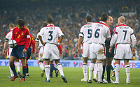 Fotball<br /> Privatlandskamp<br /> Spania v England<br /> 17. november 2004<br /> Foto: Digitalsport<br /> NORWAY ONLY<br /> Spain's captain Raul (left) prepares to place the ball on the penalty spot as his club team mate at Real Madrid, England captain David Beckham (far right) and England team mate John Terry still try to disuade the referee of his decision