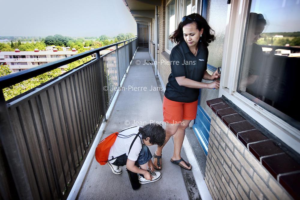 Nederland, Amstelveen , 3 juni 2010..Petruschka Meyer en haar zoontje verlaten de galerijflat om deel te nemen aan de Avond Vierdaagse..Foto:Jean-Pierre Jans