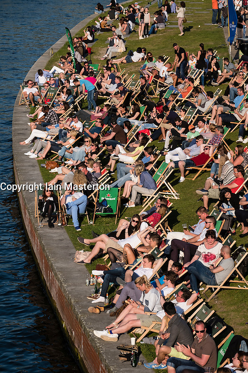 Berlin, Germany. 7th May 2016. Berliners made the most of the hot weather today with this outdoor bar beside the Spree River busy with people relaxing and drinking.